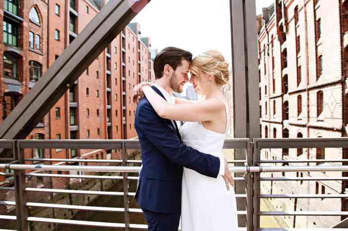 Hamburg Weddings Yasemin Stahl - Brautpaar auf Brück in der Speicherstadt