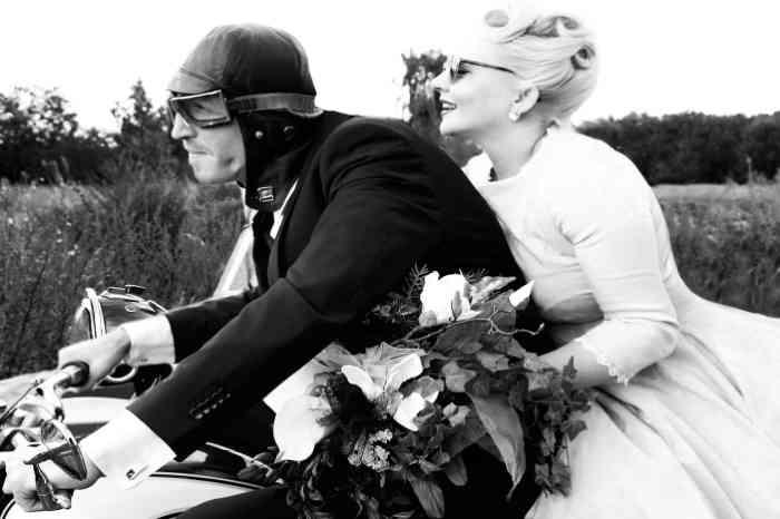 Brautpaar auf Motorarad