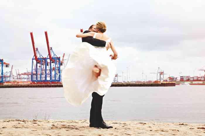 Brautpaar am Strand der Elbe