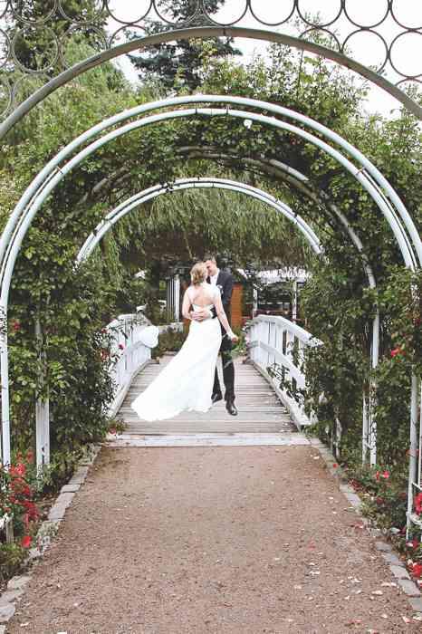 Brautpaar im Park auf einer Brücke