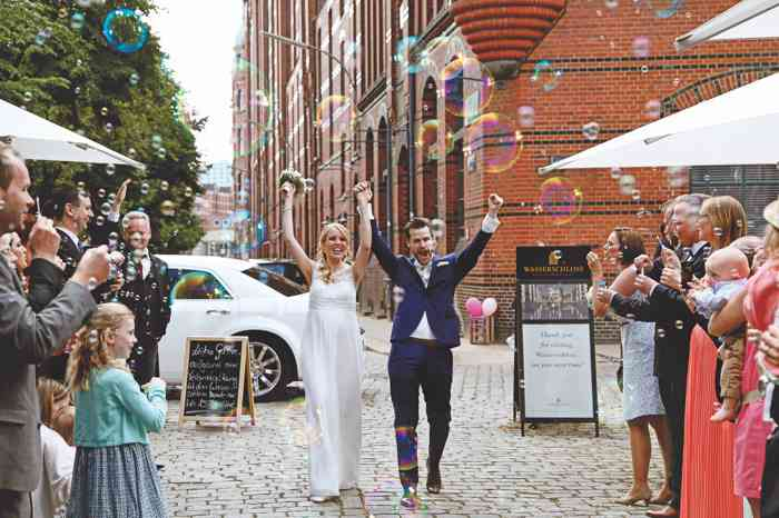 Brautpaar wird empfangen mit Seifenblasen und Applaus durch die Gäste
