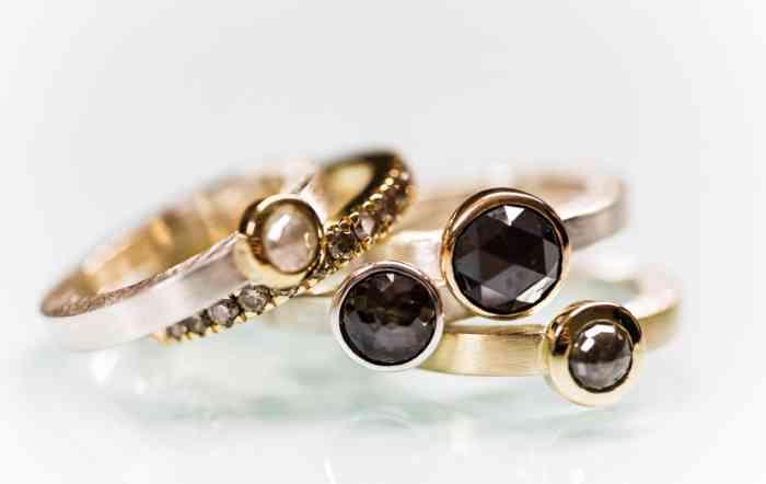 Verlobungsringe mit dunklen, hellen, kleinen und großen Edelsteinen