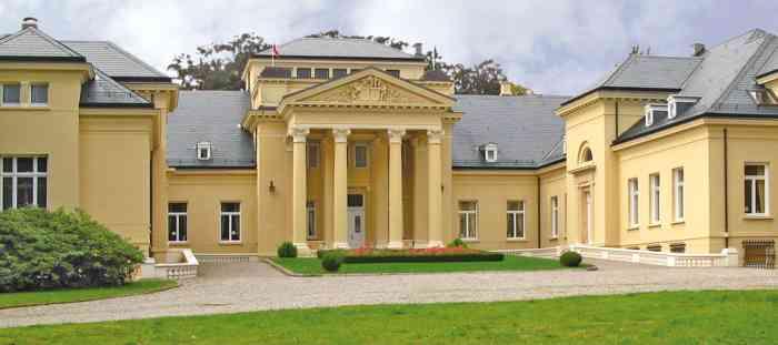 Frontanicht Schloss Bredeneek mit Eingangsportal.