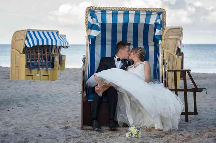 Hochzeitsfotografin catrin-anja eichinger Brautpaar im Strandkorb