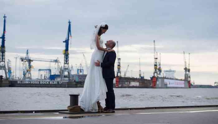 Hochzeitsfotografin catrin-anja eichinger Brautpaar am Hafen in Hamburg
