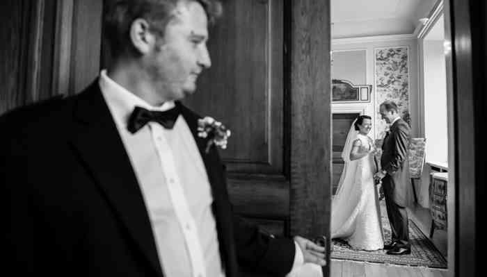 Hochzeitsfotografin catrin-anja eichinger Bräutigam wartet auf seine Braut