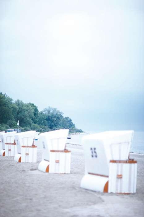 Strandkörbe am Stand des Ferienresorts Weisse Wiek.