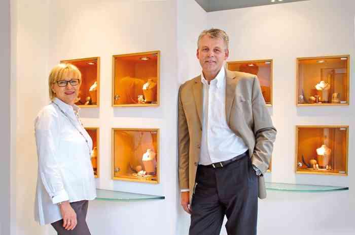 Das Ehepaar Dallman im Showroom der Goldschmiede in Buxtehude.