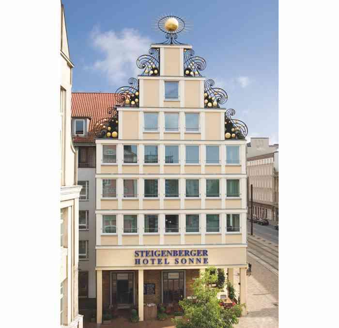 Mitten im historischen Zentrum der Hansestadt Rostock, direkt neben dem Marktplatz mit Sankt-Marien-Kirche und Rathaus, befindet sich das Steigenberger Hotel Sonne.