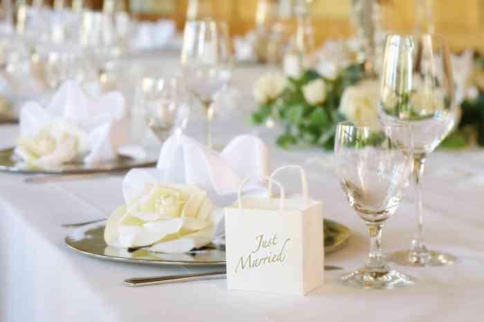 Tischdekoration mit weißen Rosen der Hochzeitslocation Steigenberger Hotel Sonne in Rostock