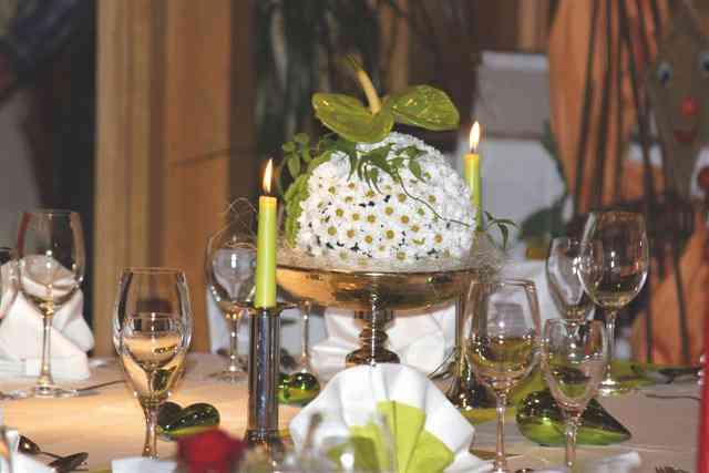 Dekorierter Tisch mit Blumen und passenden Kerzen im Lüßmanns Hof