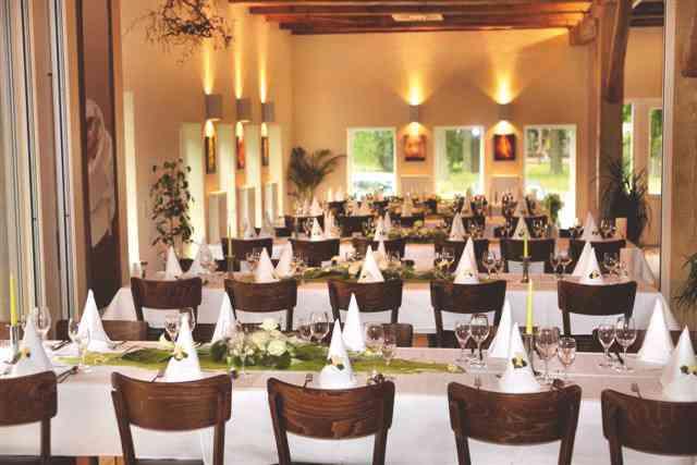 Dekorierter Tisch im Kuhstall im Lüßmanns Hof
