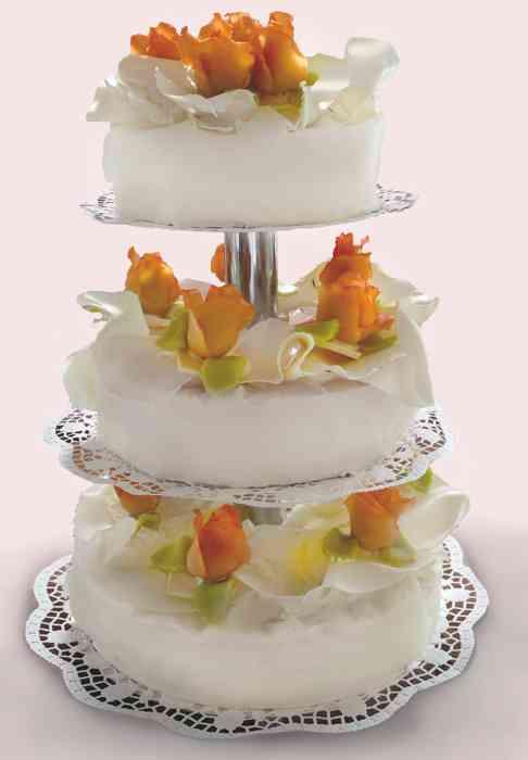 Mehrstöckige Torte mit Marzipan Blumen