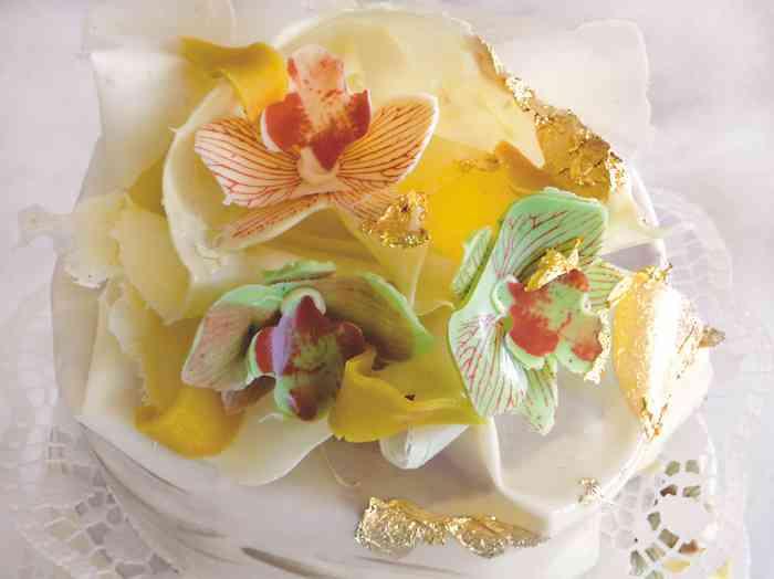Torte mit Zucker-Orchideen und Blattgold
