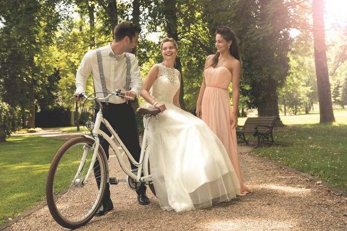 Brautkleider Chaleel Hannover. Denise mit Schleppe, Ciny mit Stola.