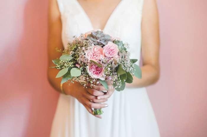 Brautstrauß mit Schleierkraut, Eukalyptus, Sukkulenten und Rosen.