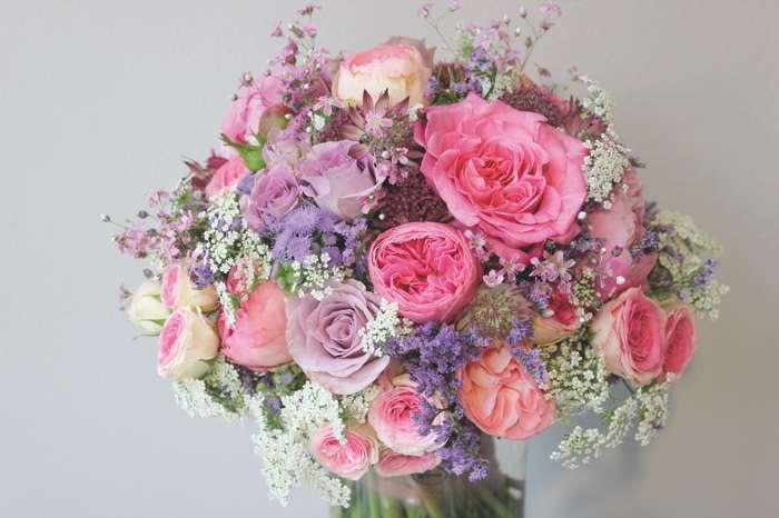 Großer Brautstrauß mit roséfarbenen Rosen und Schleierkraut.