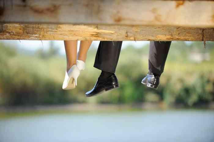 Baumelnde Beine eines Brautpaares
