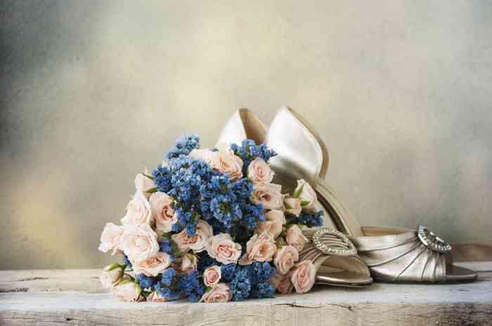 Brautstrauß und Brautschuhe auf einem Tisch