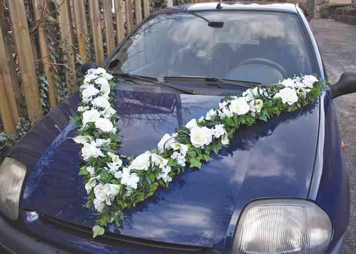 Hochzeitsdekoration für das Brautauto aus Seidenblumen.