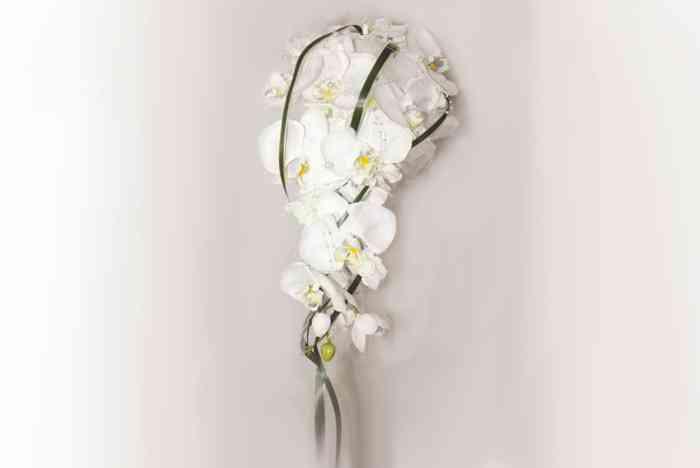 ehr edler Callastrauß mit Rosen und zartem Gräserband. Eine Rosenkugel wird mit Callas eingerahmt in Tropfenform nach unten betont.