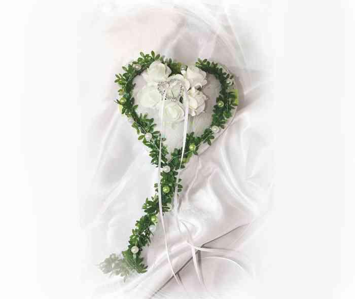Zartes Ringkissen mit Strassherz und Moosgummiblüten