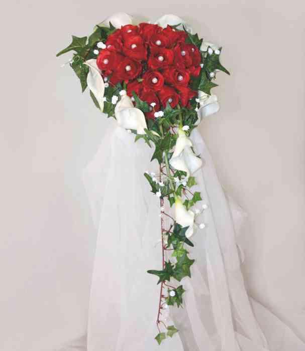 Verspielter Brautstrauß mit Rosen und Callas.