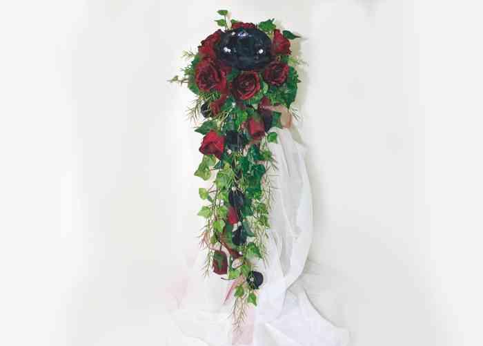 Edler Brautstrauß Gothic in schwarz bordeaux, schmal gearbeitet mit viel Farn und zarten schwarzen Perlen.