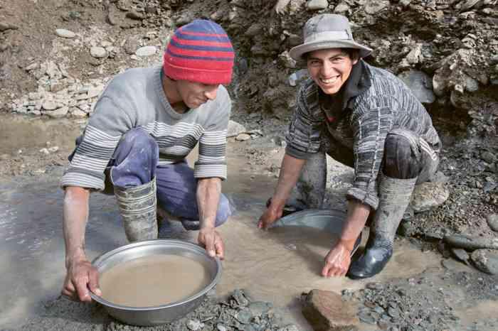 Goldschürfer haben ein hartes Leben. Fairtrade Abbau erhöht ihre Erträge.