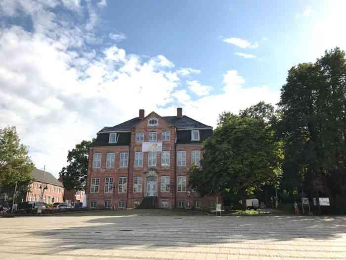 Die Landdrostei ist die Außentraustelle des Standesamtes Pinneberg und zudem eine hervorragende Location um eine Hochzeit zu feiern.