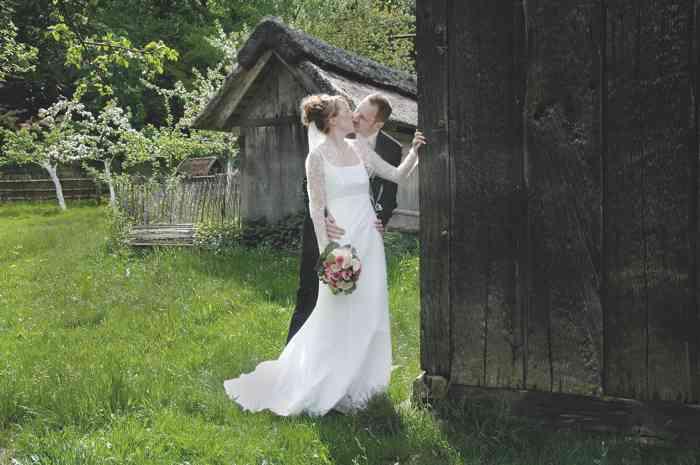 Brautpaar auf dem Gelände der Hochzeitslocation Freilichtmuseum am Kiekeberg