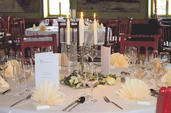 Eingedeckter Tisch der Hochzeitslocation Freilichtmuseum am Kiekeberg