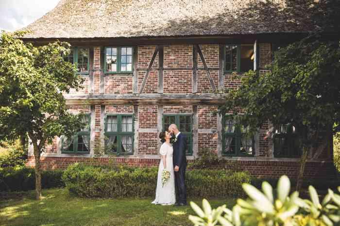Brautpaar vor einem Fachwerkgebäude der Hochzeitslocation Freilichtmuseum am Kiekeberg