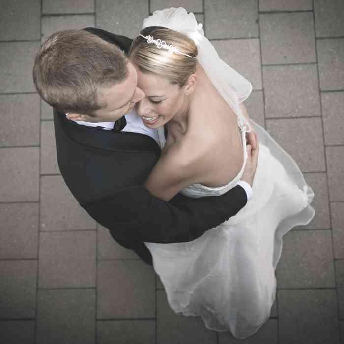 Hochzeitspaar umarmt sich. Hochzeitsfoto in der Hamburger Speicherstadt.