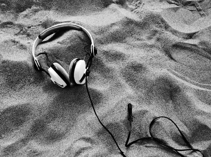 Kopfhörer am Strand