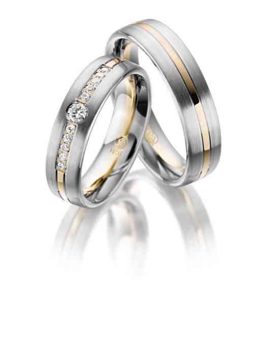 Trauringe aus Platin mit einem Akzent aus Gelbgold und Diamanten-Besatz für die Braut.