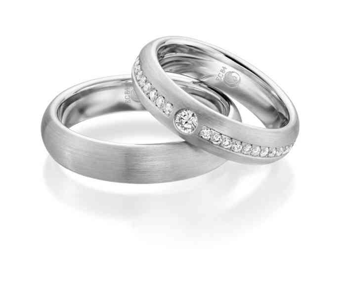 Während die Herren eher schlichte Trauringe bevorzugen, setzen Bräute oft auf Diamanten als Hingucker.