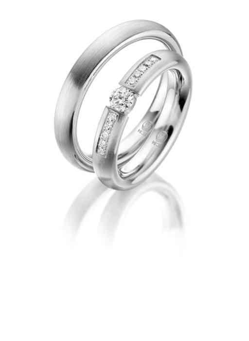 Schmale Eheringe mit einem Diamanten-Besatz für die Braut. Der Herren-Ring bleibt schlicht.