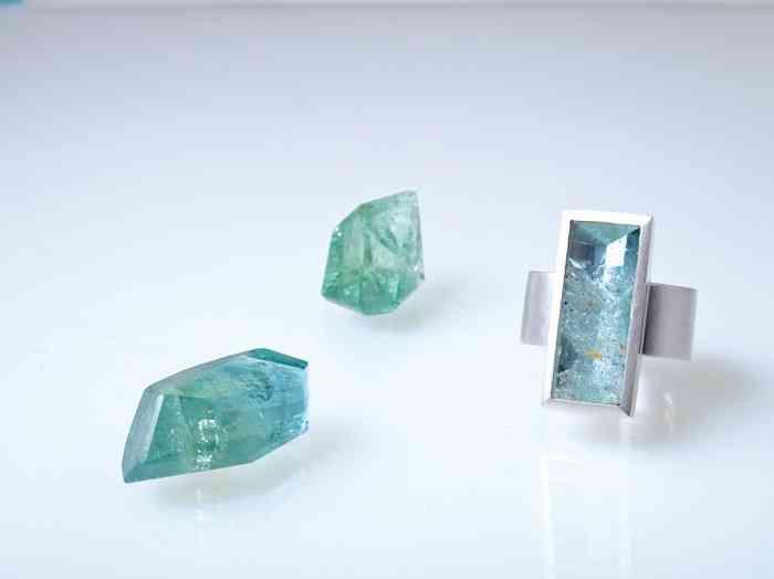 Individuell designter Ring von Sibylle Chladek mit länglichem Edelstein.