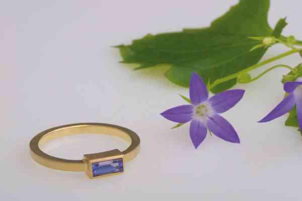 Goldener Ring mit Lila Stein von Sibylle Chladek