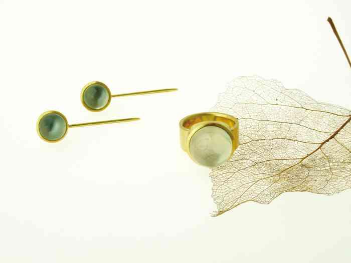 Schmuckset aus Gold bestehend aus Ring und Ohrringen