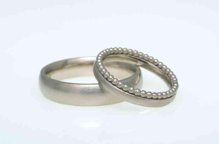 Edle Trauringe mit Perlenbesatz für den Ring der Braut.