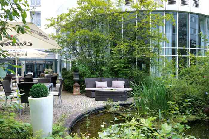 Innenhof mit gemütlichen Sitzecken des Wyndham Hotel Hannover
