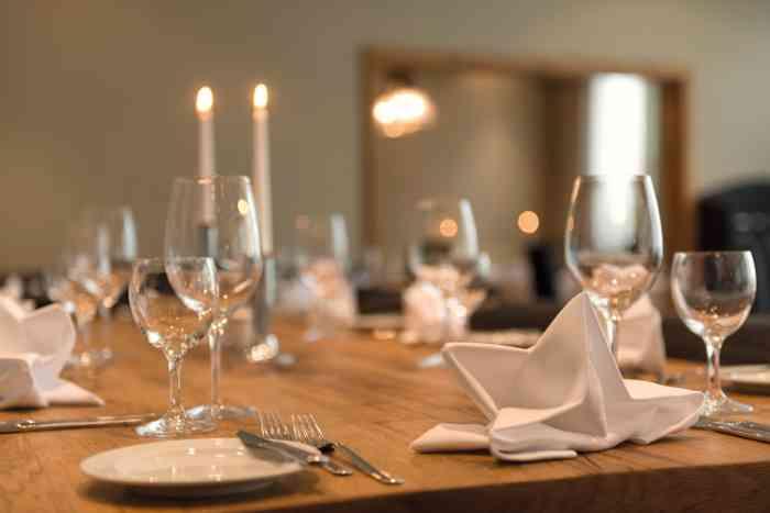 Festlich eingedeckter Tisch der Hochzeitslocation Wyndham Hotel Atrium Hannover