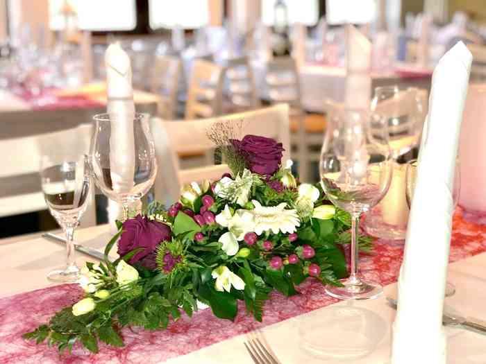 Heiraten Location Clubhaus Bramfelder SV Hochzeit Hamburg Blumendeko Tisch