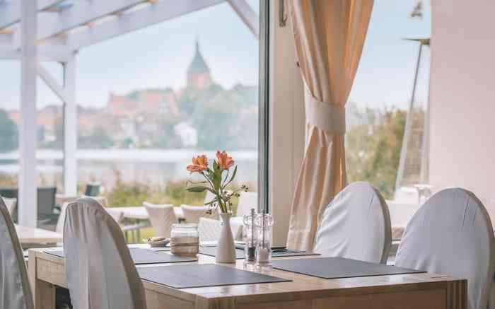 Seehotel Schwanenhof Bei herrlichem Blick über den Schulsee und auf die Möllner Altstadt