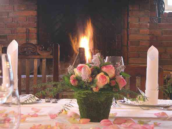 Tischdekoration mit Rosen in der Hochzeitslocation Antikhof Bissee