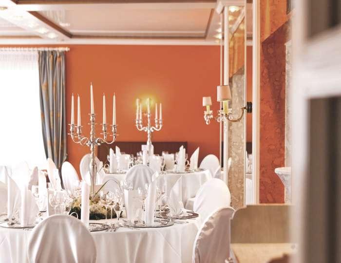 Strauers Hotel am See, Saal mit Kerzenleuchtern