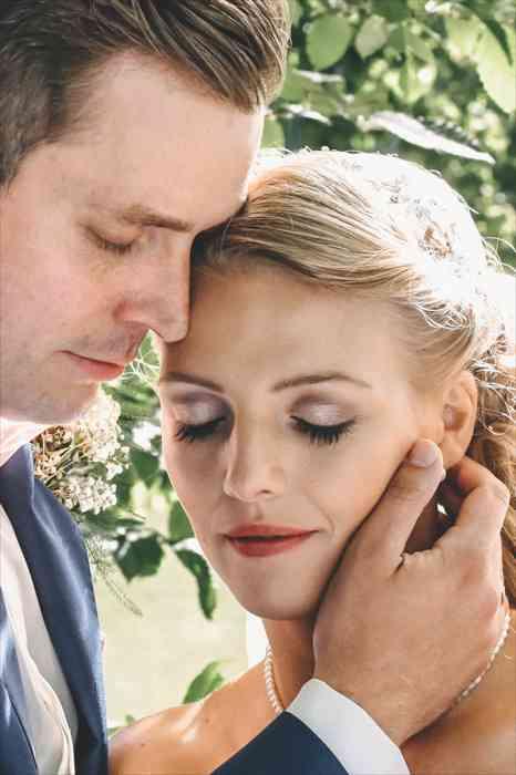 Die Hochzeitsfotografin Mascha Pohl - map - aus Hamburg zeigt auf diesem romantischen Hochzeitsfoto ein Brautpaar welches zärtlich die Köpfe aneinander legt.