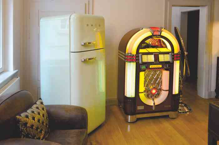 Herrenzimmer bei bleib treu mit Retro-Kühlschrank, Jukebox und Lounge Sesseln